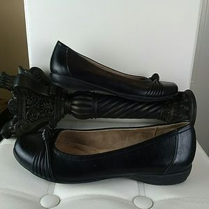 Naturalizer black faux leather shoes